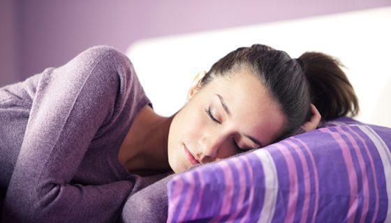 Dormir de lado izquierdo tiene beneficios, aquí se los presentamos.