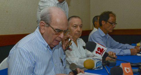El excandidato presidencial Fabio Gadea lee carta de apoyo al pueblo de Venezuela. Foto LA PRENSA/Manuel Esquivel