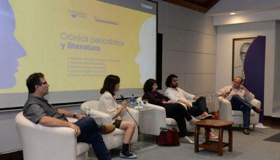 Alberto Salcedo Ramos (de camisa gris) acaparó la atención, aplausos y las risas de un auditorio ávido de secretos del oficio periodístico. LAPRENSA/OSCAR NAVARRETE