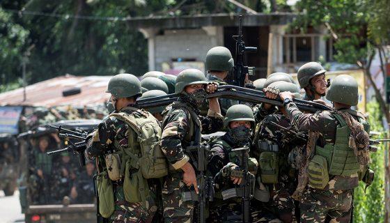 Miembros del Ejército de Filipinas recorren las calles en la ciudad de Marawi, al sur de la isla de Mindanao en Filipinas. LA PRENSA/AFP