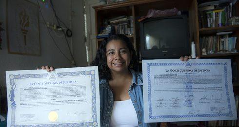 Gilma Valerio es la única de sus cinco hermanos que logró graduarse de la universidad. LAPRENSA/ÓSCAR NAVARRTE
