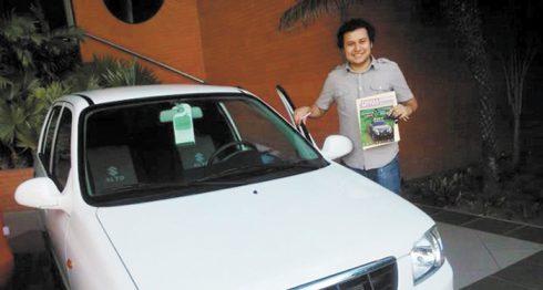 Isaac Zelaya posa orgulloso con su carro nuevo el 9 de enero de 2013 cuando se lo entregaron. Seis meses después se lo robaron frente a decenas de policías y no pudo gestionar el seguro que pagaba por él porque la Policía se niega a reconocer que fue robado. LAPRENSA/Cortesía
