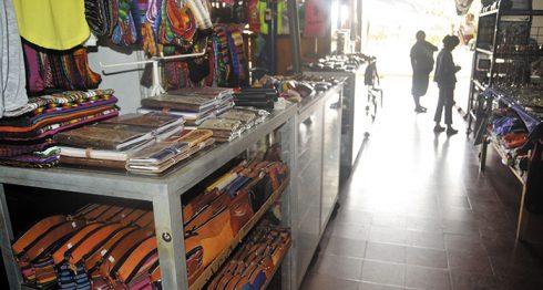 Los dos ladrillos que utilizaba el comerciante Carlos Jiménez, ahora son ocupados por otro comerciante. LA PRENSA/NOEL GALLEGOS