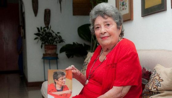 A sus 93 años la poeta Claribel Alegría festeja la vida, el amor y la poesía con su nuevo libro Amor sin fin. LAPRENSA/WILMER LÓPEZ