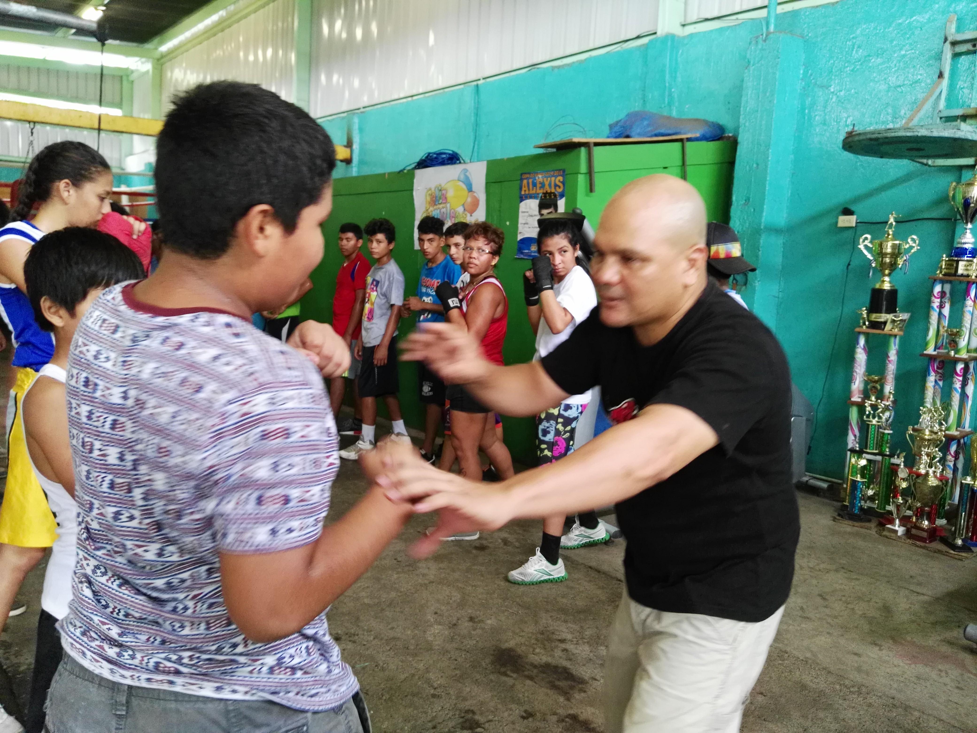 Rosendo Álvarez entrenó a un grupo de boxeadores jóvenes para que le fuera aprobada la licencia de entrenador. Foto: BAYRON SAAVEDRA