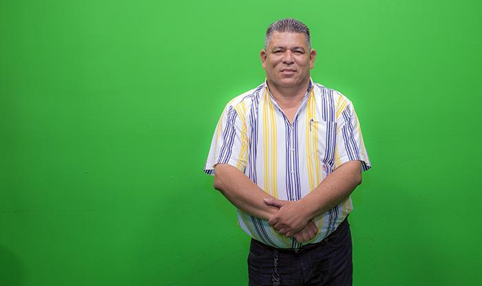 Mauricio Madrigal, jefe de prensa del noticiero Accion 10 del canal 10 de Managua habla sobre sus secretos al ping pong de la revista Domingo. Oscar Navarreter/ La Prensa.