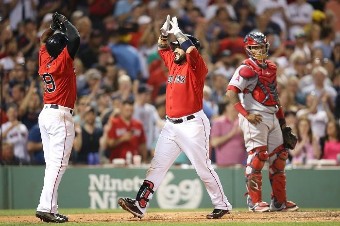 Sandy León empujó cuatro carreras y fue el pilar en la victoria de los Medias Rojas de Boston ante los Angelinos. LA PRENSA/Adam Glanzman/Getty Images/AFP