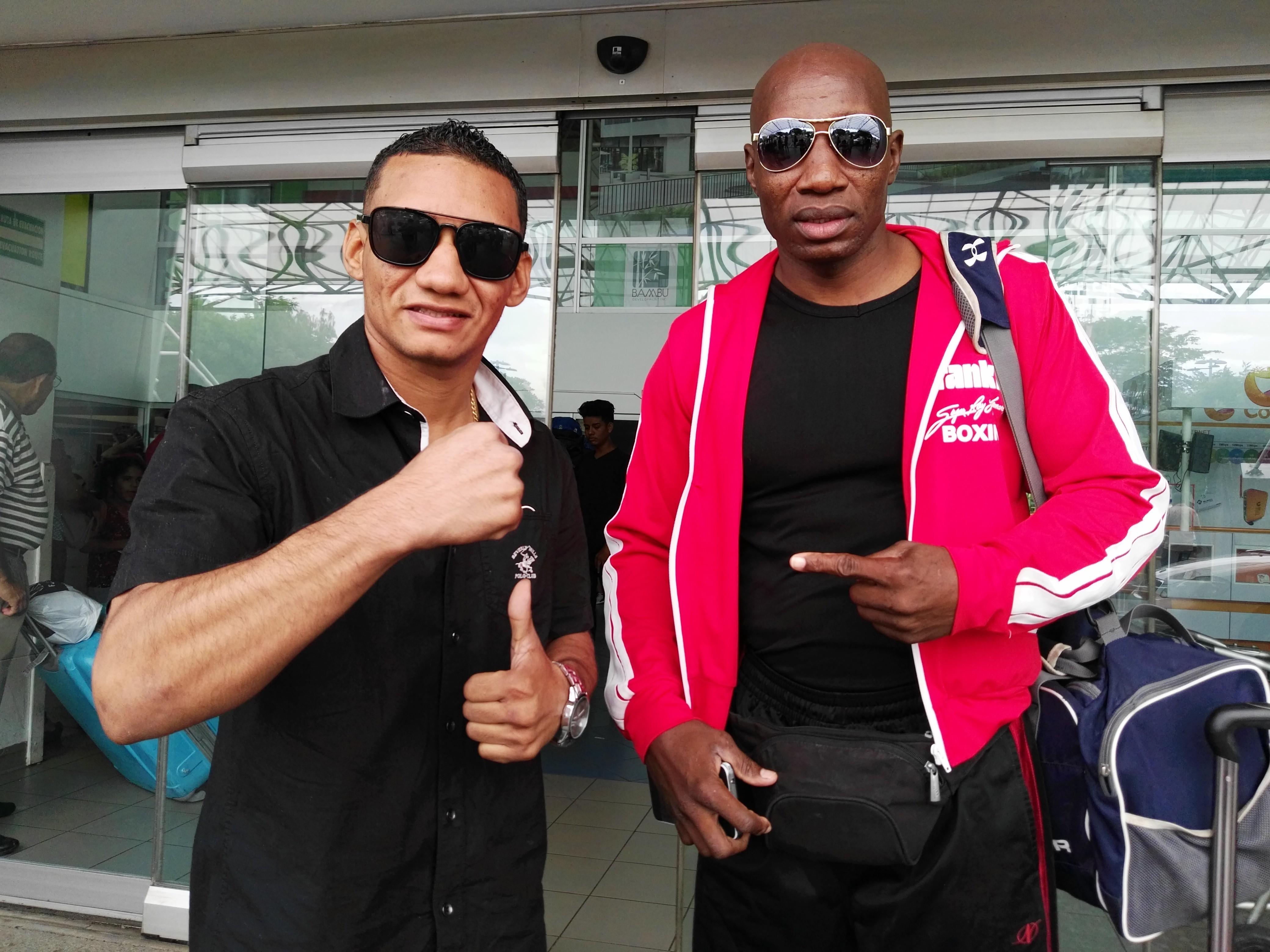 """Carlos """"La Arañita"""" Ortega y su entrenador Juan Mosquera al arribar al país ayer a mediodía. Foto: LA PRENSA/ BAYRON SAAVEDRA"""