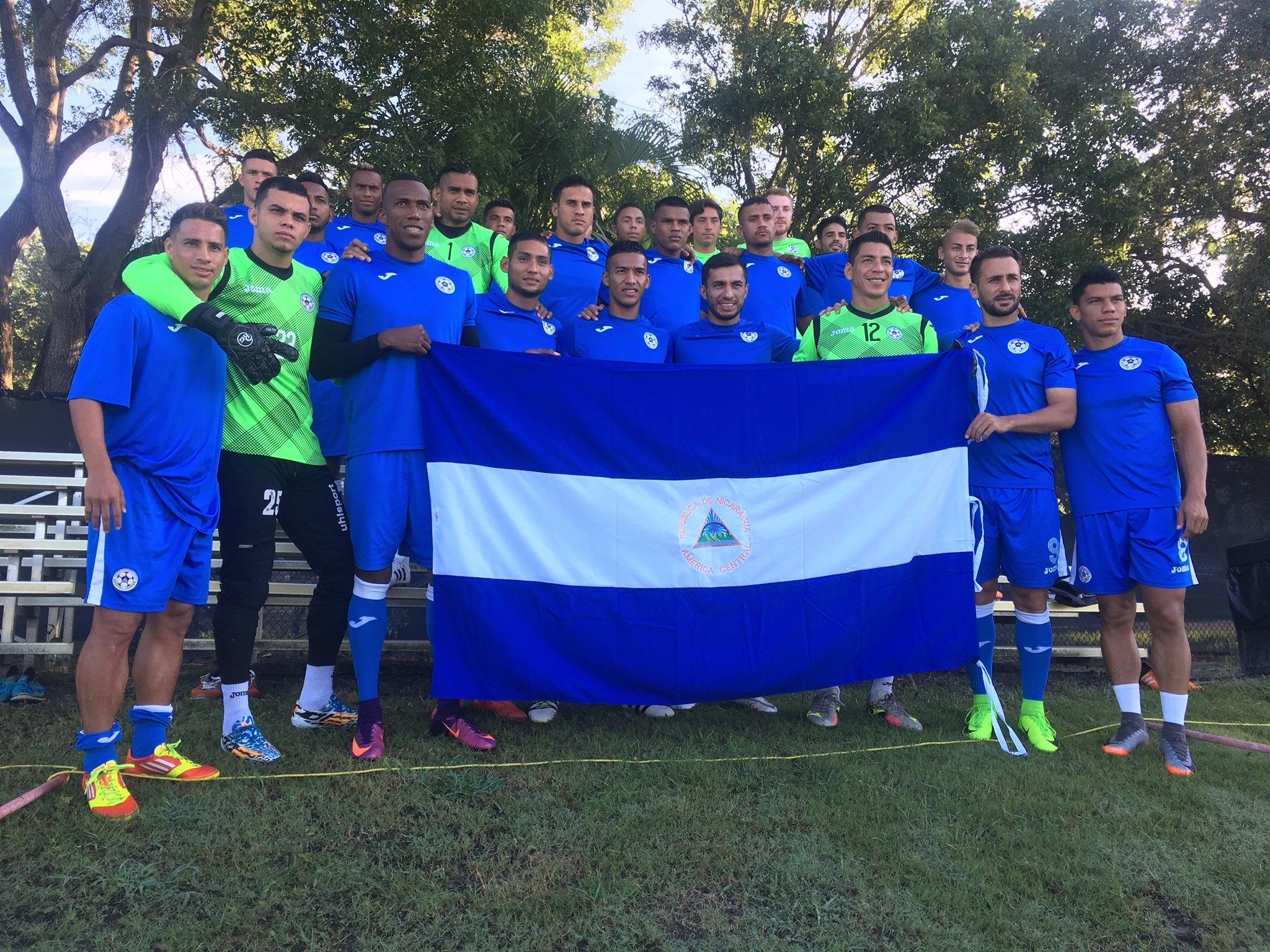 La Selección Nicaragüense de Futbol posa con la bandera del país antes de su primer entrenamiento en Estados Unidos. Foto: Cortesía