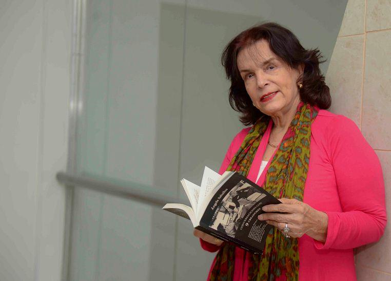 Circula el libro de entrevistas exclusivas Conversaciones con 9 creadores de la periodista Ángela Saballos. LAPRENSA/CARLOS VALLE