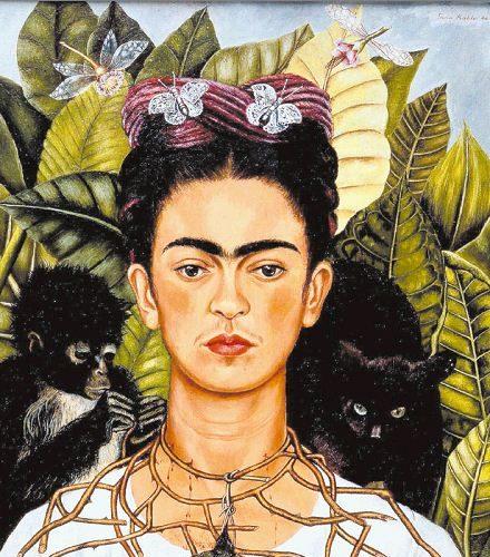 Autorretrato con collar de espinas, pintura de Frida Kahlo. Se puede ver que las espinas hieren el frágil cuello como una señal del sufrimiento causado por su relación amorosa rota con el pintor mexicano Diego Rivera. LAPRENSA/EFE
