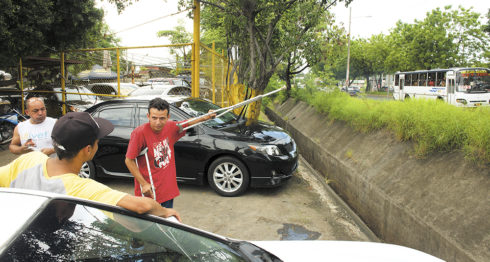 Emmanuel Morales López, único sobreviviente del accidente, en el lugar donde ocurrió el hecho. LA PRENSA/Uriel Molina