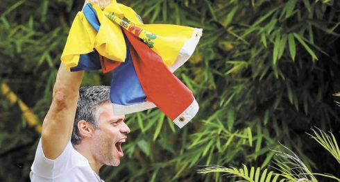 Leopoldo López al saludar desde un balcón de su casa a sus simpatizantes que llegaron a saludarlo. LA PRENSA/EFE