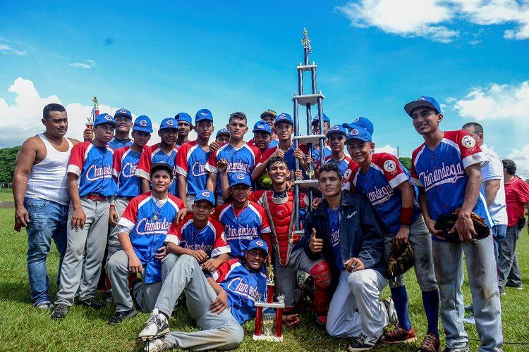 Chinandega festeja su tercer título conseguido en cinco finales, en su andar por los campeonatos nacionales juveniles AA. Foto: CARLOS VALLE/ LA PRENSA