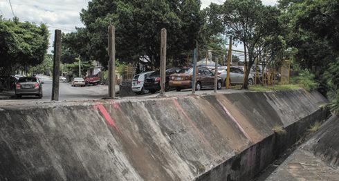 Estos son los postes que colocaron los dueños del autolote en la canaleta donde se precipitó el vehículo. LA PRENSA/Wilmer López