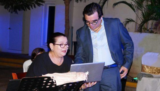 La cantante Norma Helena Gadea, junto al músico Juan Solórzano en un ensayo, en el Centro Cultural Pablo Antonio Cuadra. LAPRENSA/Arnulfo Agüer