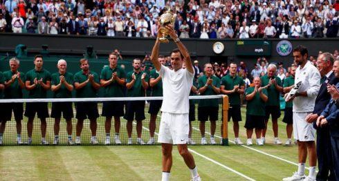 El suizo Roger Federer no contuvo las lágrimas al alzar por octava vez el trofeo de campeón de Wimbledon. LA PRENSA/EFE/EPA/NIC BOTHMA