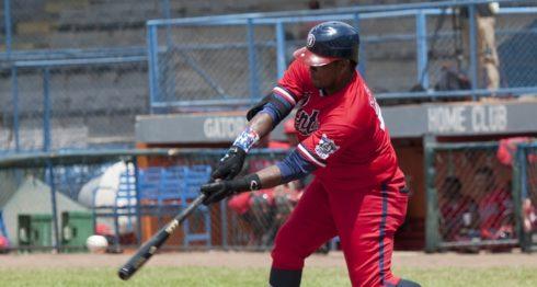 Henry Burton conectó de jonrón en el segundo partido entre los Dantos y Toros de Chontales en Managua. LA PRENSA/WILMER LÓPEZ