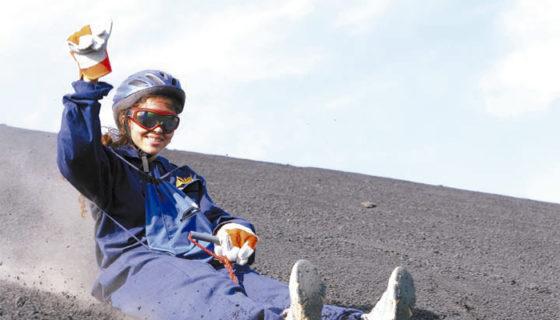 Las turoperadoras que ofrecen el paquete de sandboarding brindan los equipos de protección y tablas para deslizarse desde el volcán. LAPRENSA/ ARCHIVO