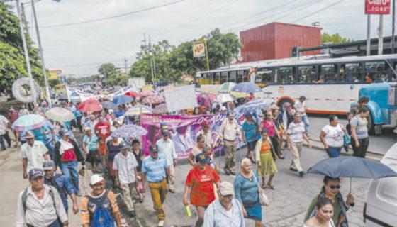 Ancianos realizan marcha a nivel nacional y piden que los adultos mayores que no cotizaron también reciban ayuda.