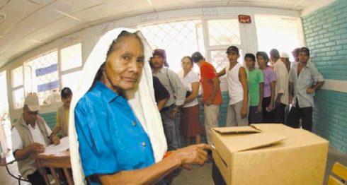 Una señora vota en unas elecciones pasadas. Este año se realizan las votaciones municipales 2017.