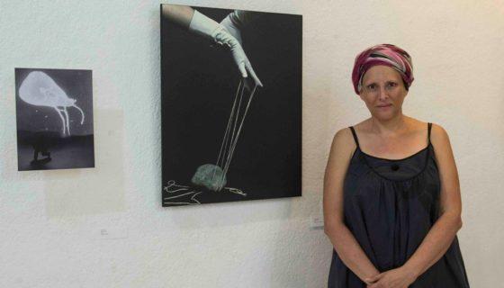 La artista visual Patricia Belli, posa durante la exhibición de la muestra de arte Contagio, del grupo Espira. LA PRENSA/Jader Flores
