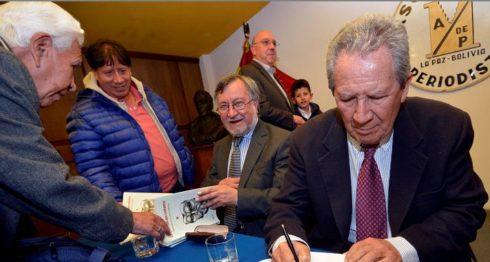 """Los periodistas bolivianos Humberto Vacaflor (d) y Juan Carlos Salazar (c) presentaron el libro testimonial """"La Guerrilla que contamos: Historia íntima de una cobertura emblemática"""". LAPRENSA/EFE"""
