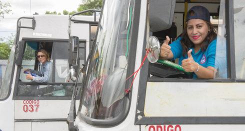 """Ingrid González y Xóchilt García Treminio, son dos de las tres buseras de Managua. """"Es un orgullo mi trabajo y una gran responsabilidad. Me encanta"""", dice García."""