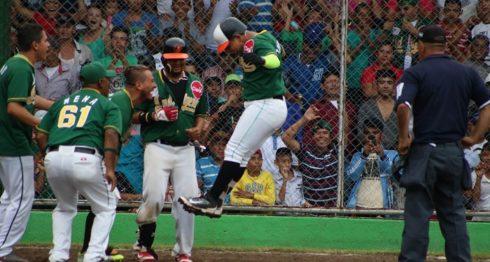 Enmanuel Treminio saltó sobre el plato y completó con su jonrón en el sexto inning el super nocaut de los Indígenas de Matagalpa ante Carazo, para avanzar a la postemporada. LA PRENSA/L.E. MARTÍNEZ