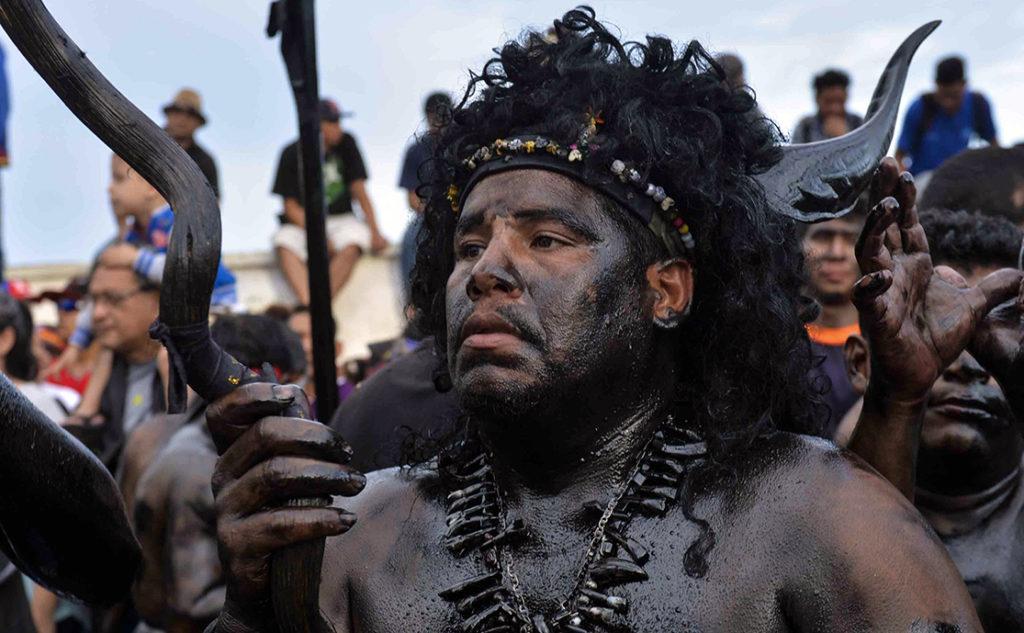 Por tradición, muchos promesantes se llenan de aceite negro en estas celebraciones. LA PRENSA / Jader Flores.