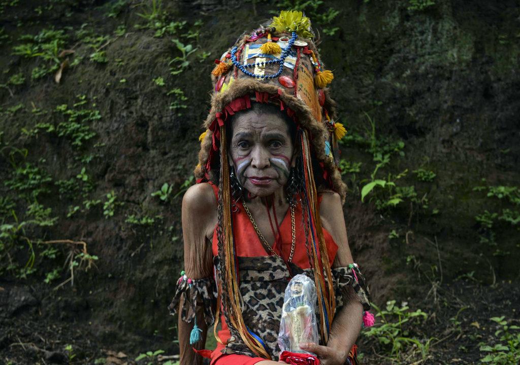 Una promesante descansa con su figura de Santo Domingo en las celebraciones patronales de Managua. LA PRENSA / Jader Flores.