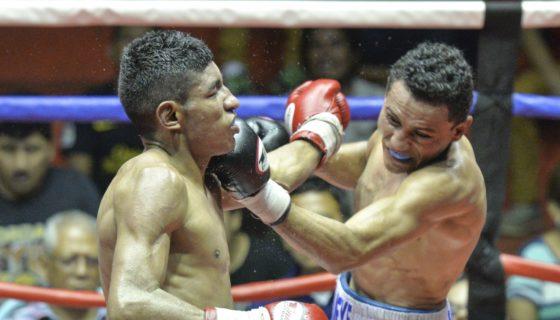 Alexander Mejía conecta a Ramiro Blanco en el mentón, en el gimnasio Nicarao, en Managua. Foto: Jader Flores /LA PRENSA