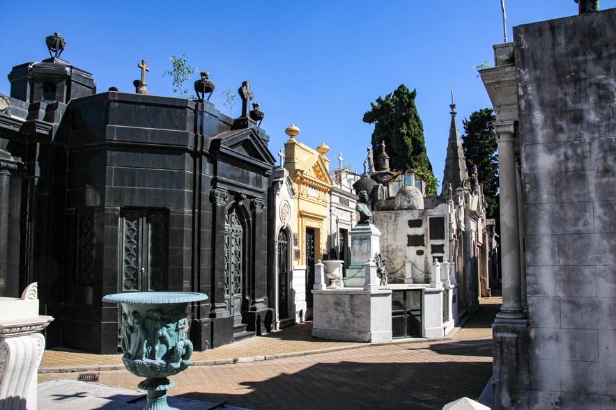 Decenas de bóvedas en el Cementerio La Recoleta son consideradas patrimonio nacional. LA PRENSA / Thinkstock