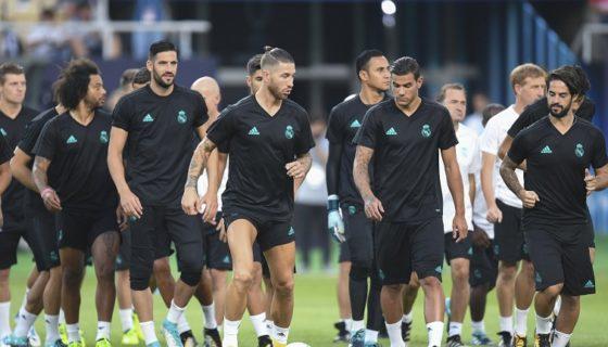 El defensa del Real Madrid, Sergio Ramos (C), en entrenamiento del plantel blanco en Macedonia, de cara al duelo con el Manchester United. Foto: LA PRENSA/ EFE