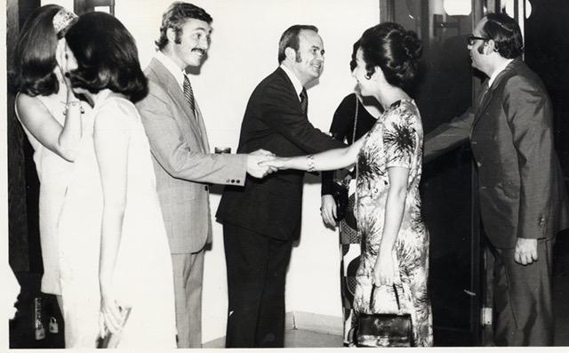 En esta histórica foto el rector Ernesto Cruz recibe a nuevos estudiantes en el INCAE. LAPRENSA/Cortesía Ernesto Cruz