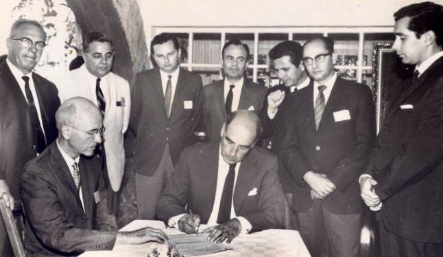 Firma de convenio de ayuda financiera con UDSAID. El firmante es Francisco de Sola y el último de la derecha, Ernesto Regalado Dueñas, secuestrado y asesinado por una organización guerrillera. LAPRENSA/Cortesia E. Cruz