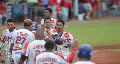 Javier Robles festeja con sus compañeros del Bóer tras el batazo. Foto: ROBERTO FONSECA