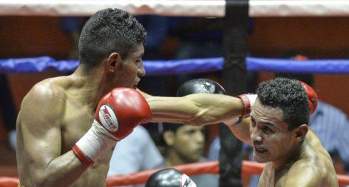 Ramiro Blanco falla al querer conectar a Alexander Mejía. Foto Jader Flores /LA PRENSA