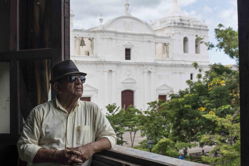 Además de declamador, don Carlos Rodríguez, también escribe poesía. Están preparando un libro donde recopila todas sus poesías. LAPRENSA/ ÓSCAR NAVARRETE