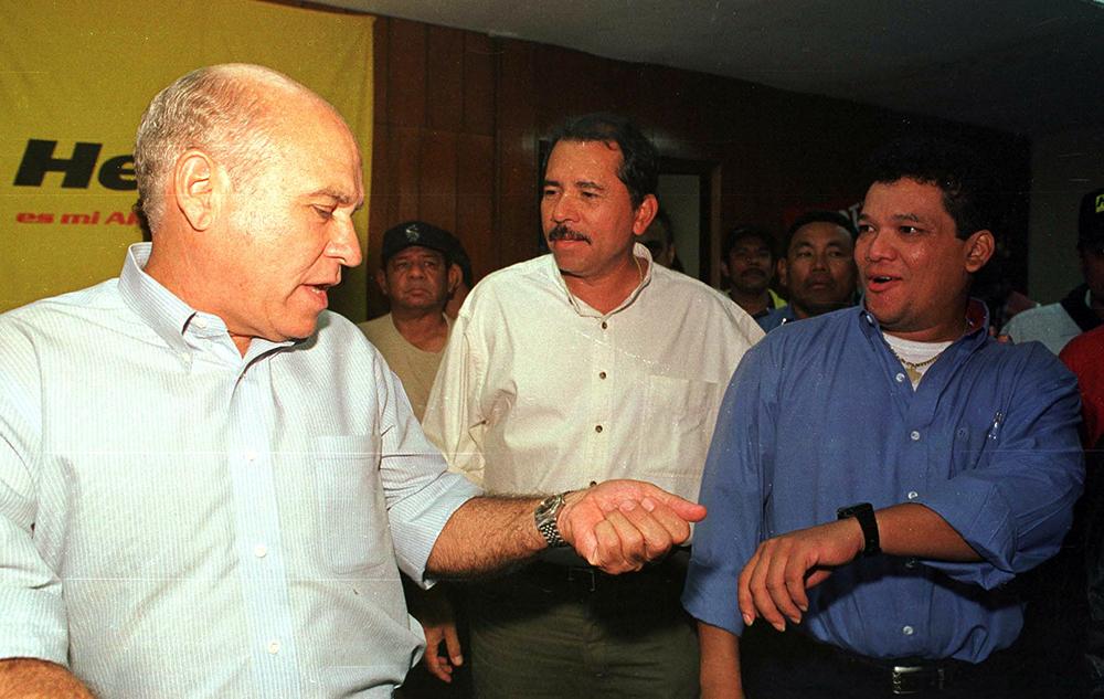 Herty Lewites como alcalde de Managua junto a Daniel Ortega (c) y Evertz Cárcamo (d), vicealcalde. LA PRENSA / Cortesía: archivo personal de Óscar Navarrete.