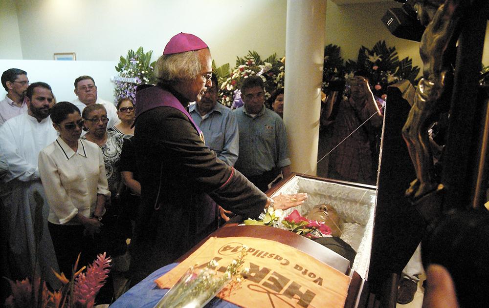 El cardenal Leopoldo Brenes en la vela de Lewites. Por entonces todavía no era cardenal del Vaticano. LA PRENSA / Archivo