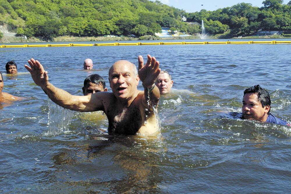 Para mostrar su plan de sanar la laguna de Tiscapa, Herty Lewites se baña en ella. LA PRENSA / Archivo