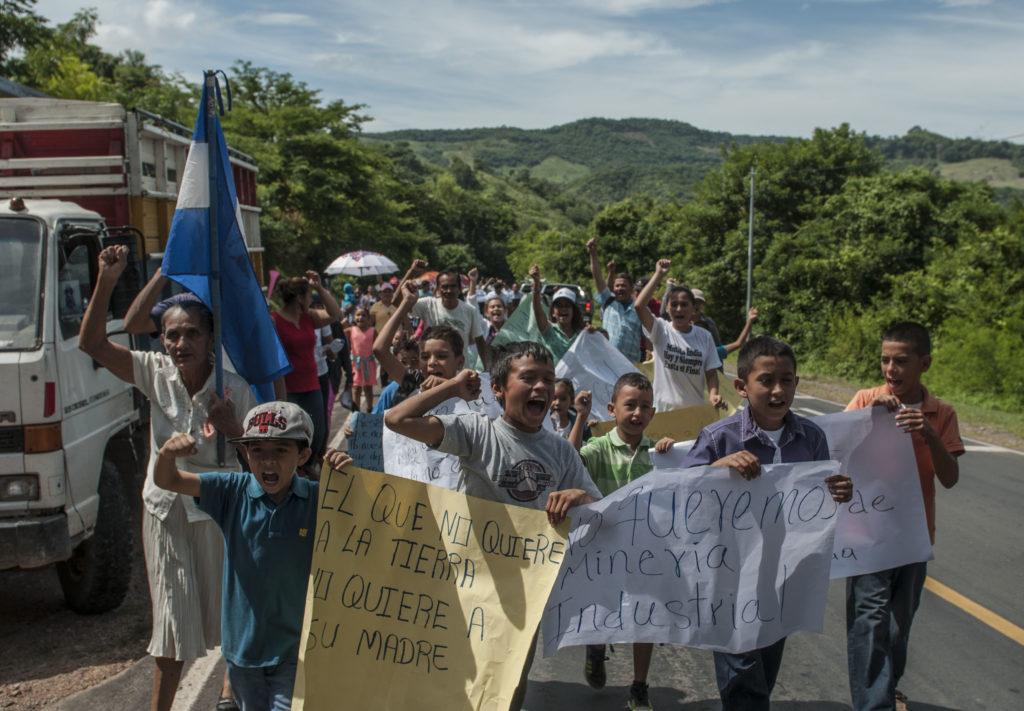 En la marcha también participaron niños, hijos de los mineros artesanales de Mina La India. (La Prensa/ Wilmer López).