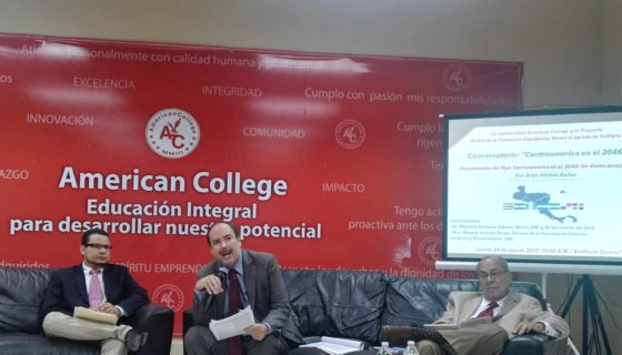 Mauricio Herdocia (centro), rector de American College, junto al ex canciller de El Salvador Ricardo Acevedo (der.) y el decano Ricardo de León.