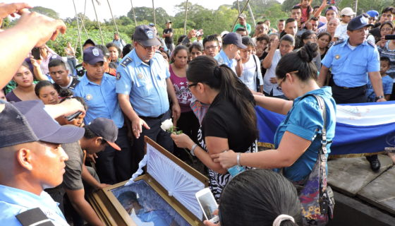 Violeta Barrios de Chamorro, policía asesinado