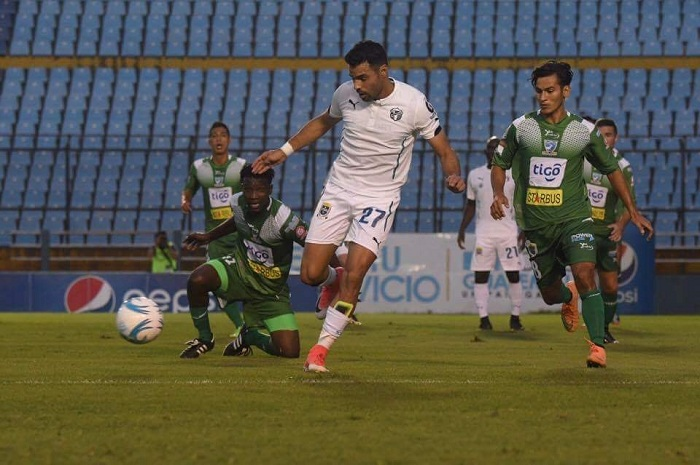 Juan Barrera estuvo muy activo con el Comunicaciones, que venció 2-0 al Suchitepéquez en Guatemala. LA PRENSA/ARCHIVO