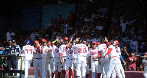 León festeja su primera victoria sobre Rivas en la serie final del Campeonato Nacional de Beisbol Superior. LA PRENSA/ Carlos Valle