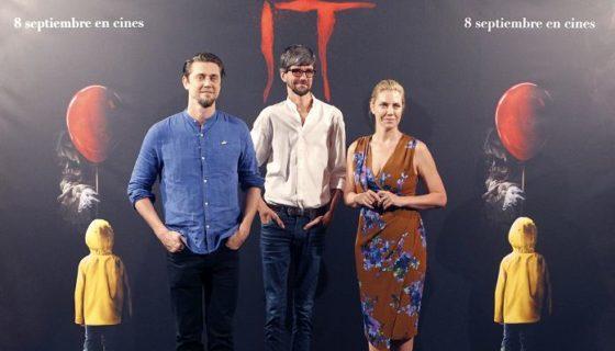El director argentino de la nueva adaptación cinematografíca de la novela de Stephen King 'IT' (Eso), Andrés Muschietti (izquierda), posa junto a su hermana Barbara Muschietti y el actor español Javier Botet. LAPRENSA/EFE/Darwin