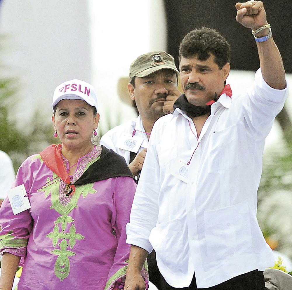 En el año 2008, en plena Plaza 19 de Julio, Andrés Alexis Argüello, candidato a alcalde, junto a Daysi Ivette Torres Bosque, su fórmula. LA PRENSA/ARCHIVO
