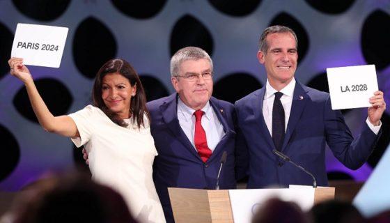 La alcaldesa de París, Anne Hidalgo; el presidente del Comité Olímpico internacional (COI), Thomas Bach (centro); y el alcalde de Los Ángeles, Eric Garcetti; durante la asamblea donde se ratificaron las sedes de los Juegos Olímpicos de 2024 y 2028, LA PRENSA/EFE/ERNESTO ARIAS